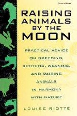 Raising Animals by the Moon: Practical Advice on Breeding, Birthing, Weaning, and Raising Animals in Harmony With... (Paperback)
