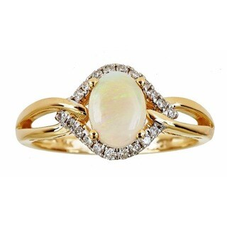 Anika and August 14k Yellow Gold Oval-cut Australian Opal 1/5ct TDW Diamond Ring (G-H, I1-I2) (Size 7)