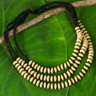 Handcrafted Littleleaf Boxwood 'Hawaiian Spring' Necklace (Thailand)