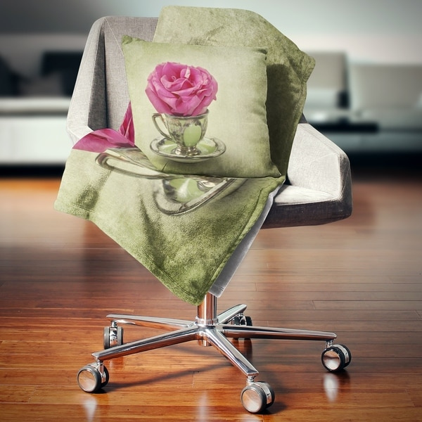 Designart 'Red Rose in Cup and Saucer' Floral Throw Blanket 34715535