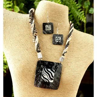 Hammer Shell and Wood 'Zebra' 3-piece Jewelry Set (Philippines)
