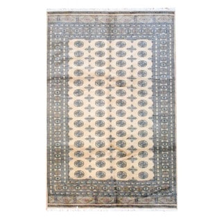 Pakistani Bokhara Hand-knotted Beige/ Black Wool Rug (6' x 9')
