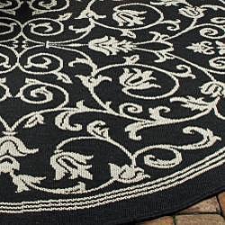Safavieh Indoor/ Outdoor Resorts Black/ Sand Rug (6'7 Round)