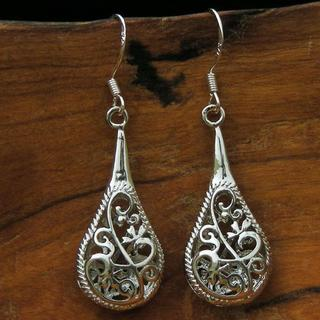 Handmade One-inch Silver Filigree Raindrop Earrings (China)