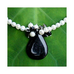 Onyx and Pearl 'In Daydreams' Pendant Necklace (8 mm) (Thailand)