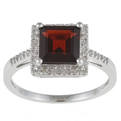 Viducci 10k White Gold Garnet and 1/10 TDW Diamond Ring