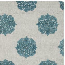Handmade Soho Medallion Light Silver N. Z. Wool Rug (7'6 x 9'6)