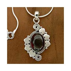 Handcrafted Sterling Silver 'Love Note' Garnet Necklace (India)