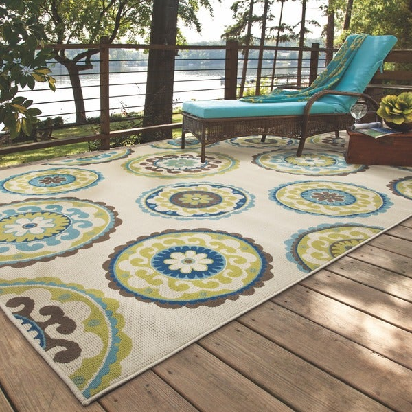 Ivory and Green Outdoor Area Rug (3'7 x 5'6)