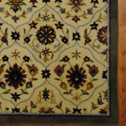 Indo Hand-tufted Tibetan Ivory/ Gray Wool Rug (5' x 8')