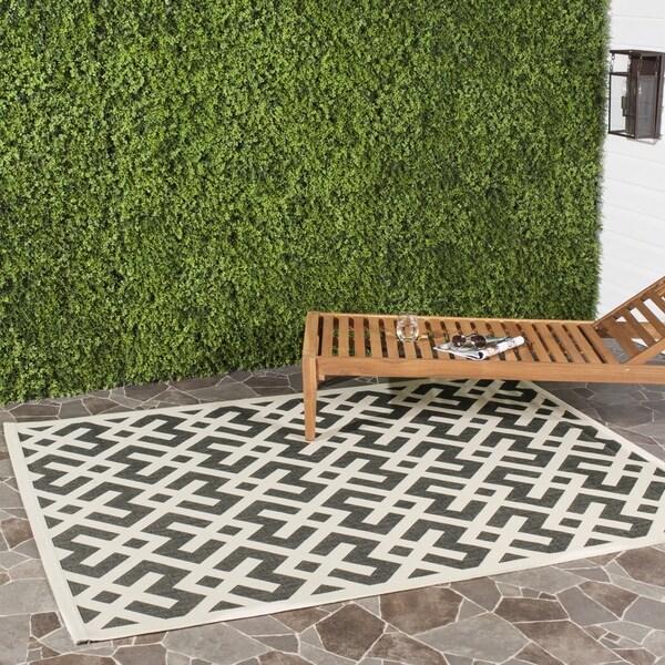 """Safavieh Poolside Black/Bone Indoor/Outdoor Area Rug (5'3"""" x 7'7"""")"""