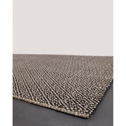 Handwoven Mandara Black Area Rug (5' x 7'6)