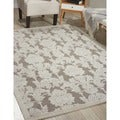 Graphic Illusions Damask Silver Rug (5&#39;3 x 7&#39;5)