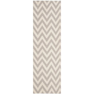 Safavieh Hand-woven Moroccan Reversible Dhurrie Chevron Grey/ Ivory Wool Rug (2'6 x 8')