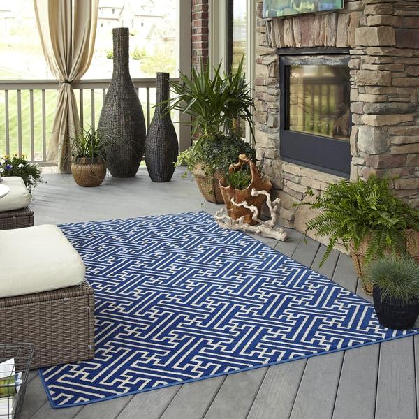 Indoor/ Outdoor Intertwined Blue Rug (5'3 x 7'6)