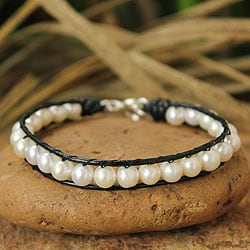 Handcrafted Leather 'Mystical Moons' Pearl Bracelet (7 mm) (Thailand)