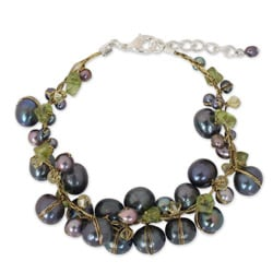 Handcrafted Peridot and Pearl 'Grey Mist' Bracelet (3-9 mm) (Thailand)