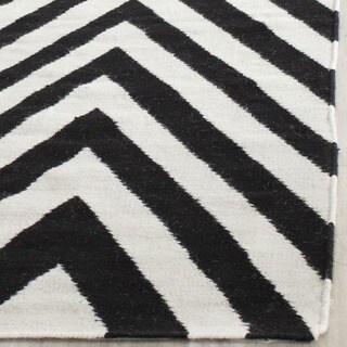Safavieh Hand-woven Moroccan Reversible Dhurrie Chevron Reversible Dhurrie Black Wool Rug (6' Square)