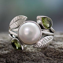 Sterling Silver 'Mumbai Romance' Pearl Peridot Ring (9.5 mm) (India)
