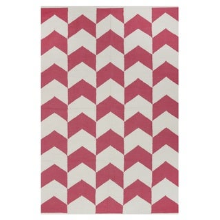 Hand-woven Indo Metropolitan Rose/ Bright White Contemporary Chevron Area Rug (8' x 10')