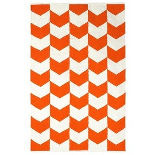 Indo Hand-woven Metropolitan Orange Peel/ Bright White Contemporary Chevron Area Rug (6' x 9')