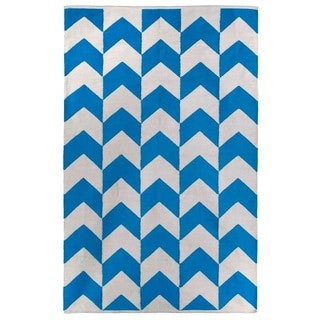 Indo Hand-woven Metropolitan Blue/ White Contemporary Chevron Rug (4' x 6')