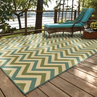 Indoor/ Outdoor Chevron Polypropylene Rug (7'10 x 10'10)