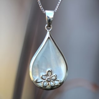 Sterling Silver Floral Pear-cut Mother of Pearl Necklace (Thailand)