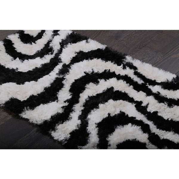 Curvaceous and Graceful Black /White Shag (2'7 x 5')