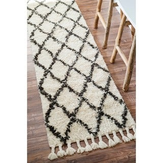 nuLOOM Hand-knotted Moroccan Trellis Natural Shag Wool Runner (2'8 x 6')