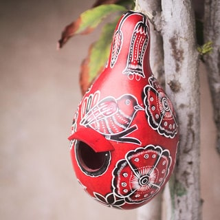 Handcrafted Mate Gourd 'Red Refuge' Birdhouse (Peru)