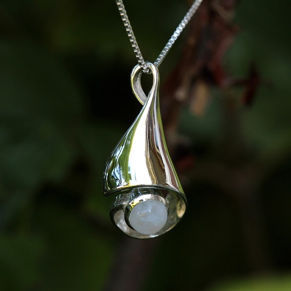 Sterling Silver Round Moonstone Temporary Design Necklace (Thailand)