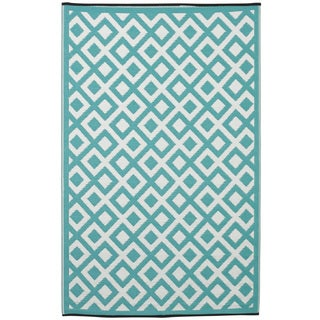 Indo Marina Eggshell Blue and Bright White Geometric Recycled Plastic Rug (5' x 8')
