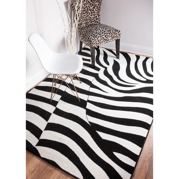 Shades of Grey Zebra Wave Black/ White Polypropylene Rug (7'10 x 9'10)