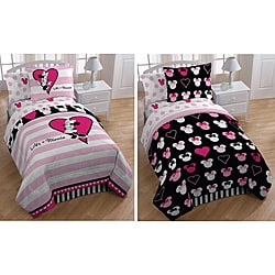 Minnie Mouse &#39;Hearts and Dots&#39; 7-piece Reversible Bed in a Bag with Sheet Set
