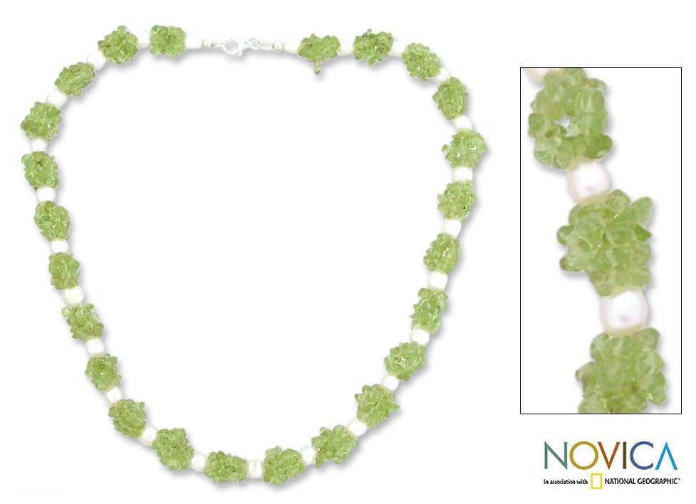 Silver 'Marshmallow and Lime' Pearl/ Peridot Necklace (India)
