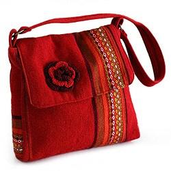 Handcrafted Alpaca Blend 'Apple Blossom' Medium Shoulder Bag (Peru)