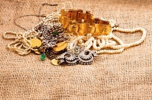 How to Compare Jewelry Armoires