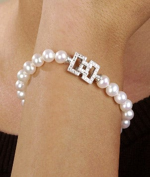 A pretty pearl bracelet with a decorative box clasp