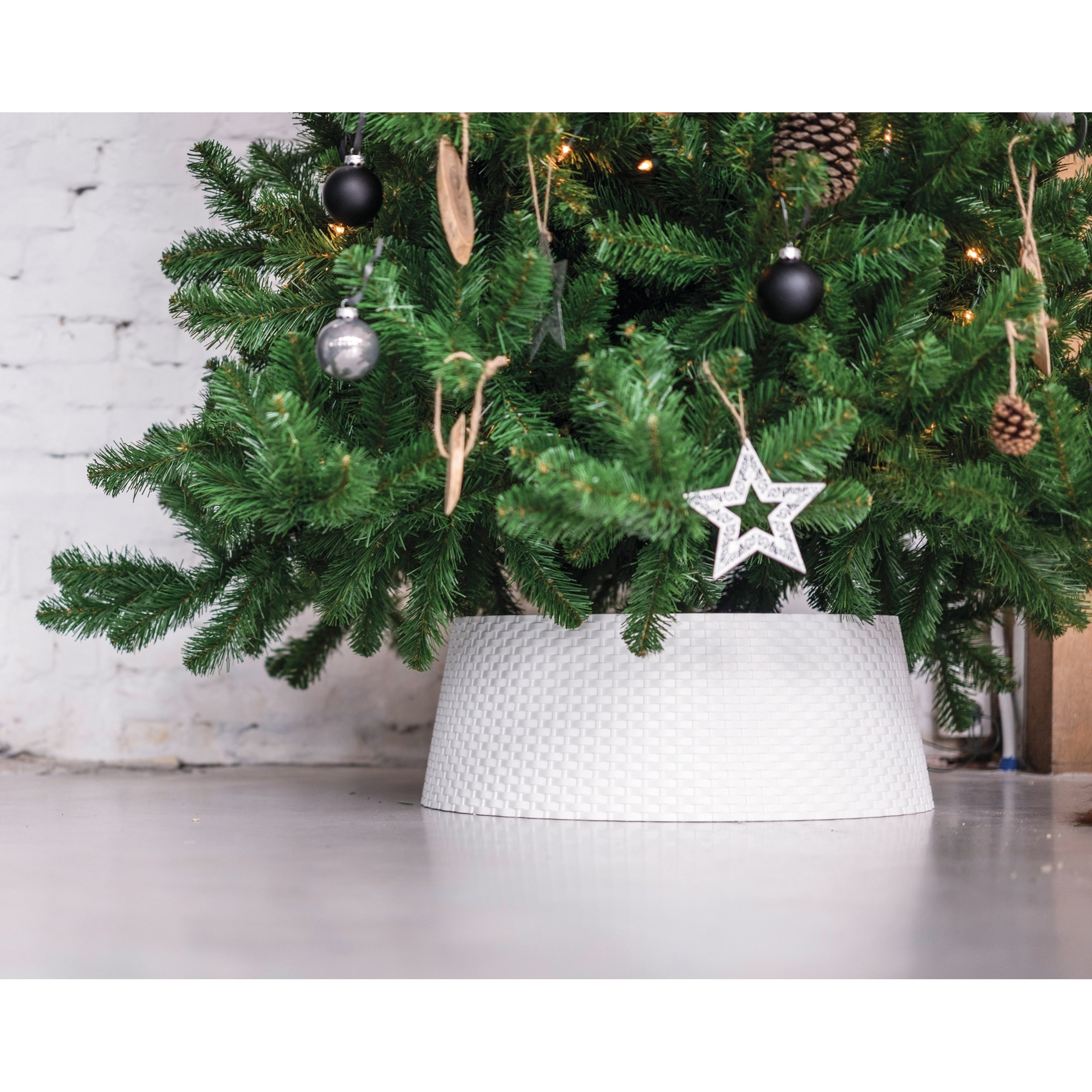 Holiday Decorative Durable Plastic Woven Wicker Christmas Tree Skirt Collar White Overstock 25692999
