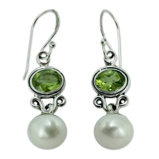 Handmade Sterling Silver 'Verdant Light' Pearl Peridot Earrings (9 mm) (India)