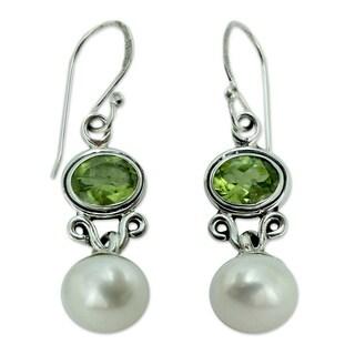 Handmade Sterling Silver 'Verdant Light' Pearl Peridot Earrings (9 mm) (India)