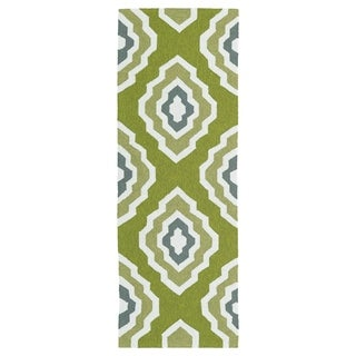 Handmade Indoor/ Outdoor Getaway Apple Green Geo Rug (2' x 6')
