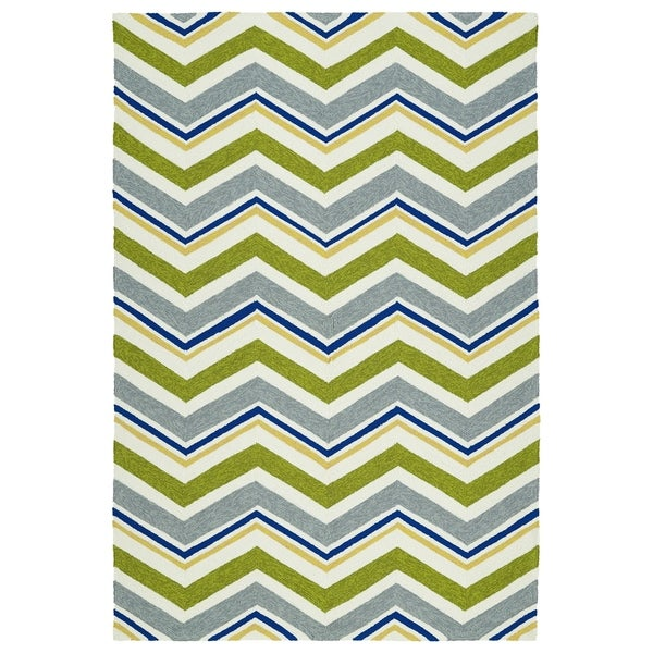Handmade Indoor/ Outdoor Getaway Green Chevron Rug - 2' x 3'