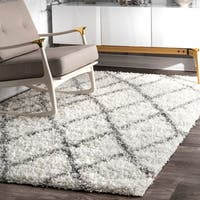 Clay Alder Home Colville Moroccan Trellis White and Grey Easy Shag Area Rug (5'3 x 7'6)