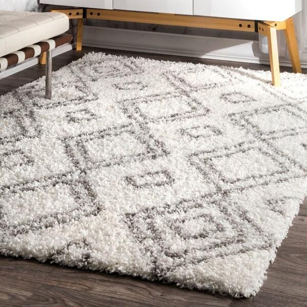 nuLOOM Alexa My Soft and Plush Moroccan Trellis White/ Grey Easy Shag Rug (5'3 x 7'6)