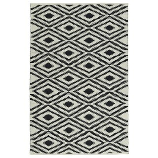 Indoor/Outdoor Laguna Ivory and Black Ikat Flat-Weave Rug (5' x 7'6)
