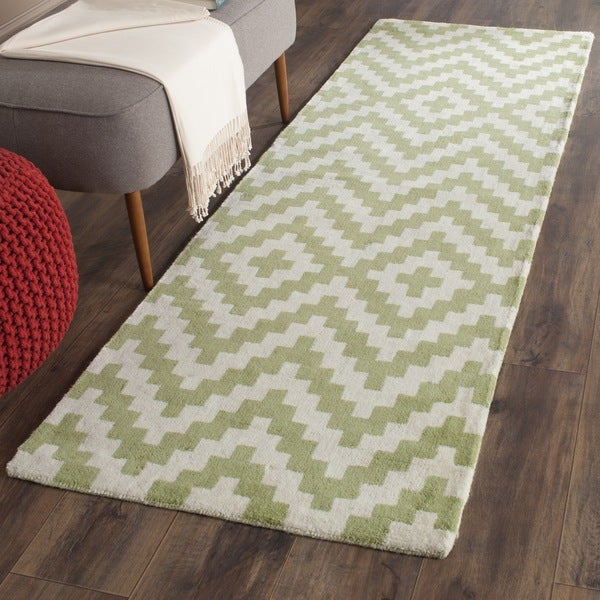 Safavieh Handmade Cambridge Ivory/ Light Green Wool Rug - 2'6 x 8'