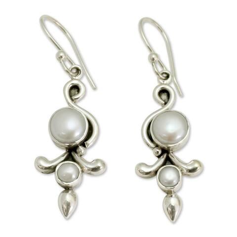 Handmade Sterling Silver 'Cloud Song' Pearl Earrings (7 mm) (India)