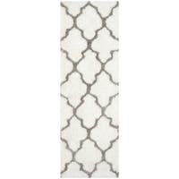 Safavieh Handmade Barcelona Shag White/ Silver Trellis Polyester Rug - 2' x 7'